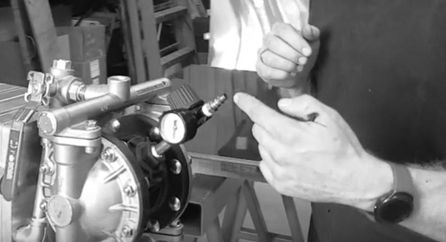 Adding oil through the regulator